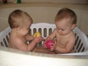iker babák fürdetés 15