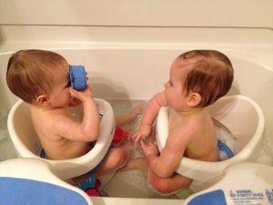 iker babák fürdetése 10