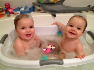 iker babák fürdetése 8